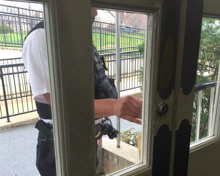 White House Confined because of a Suspicious Package