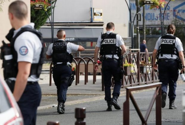 Man Stabs at Passers in Suburb Paris, Police Shoot the Perpetrator Dead